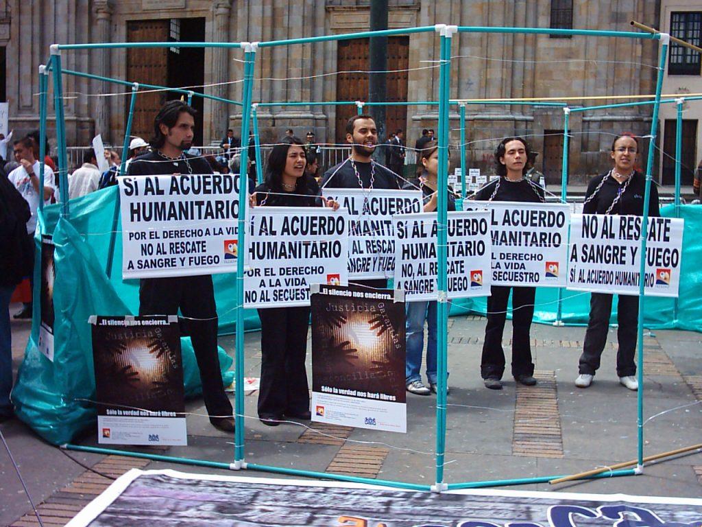 Kolumbialaisia osoittamassa mieltään FARCin kidnappauksia vastaan. Kuva: Wikimedia Commons