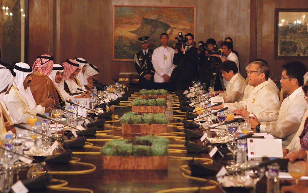Qatarissa on arviolta 250 000 filippiiniläistä vierastyöläistä. Se on paljon maassa, jossa on 1,5 miljoonaa asukasta. Qatarin sheikki Hamad bin Khalifa Al-Than ja Filippiinien presidentti Benigni Aquino III tapasivat elokuussa 2012. Kuva: Wikimedia Commons.