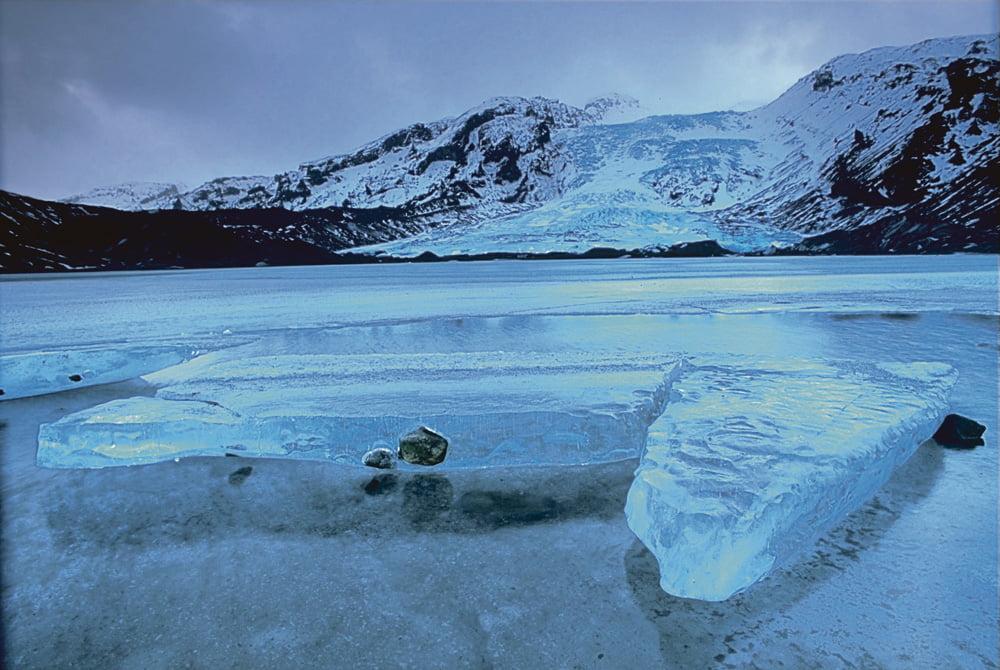Eyjafjallajökullin jäätikkö. Islannin ainutlaatuinen sijainti Euraasian ja Pohjois-Amerikan mannerlaattojen saumakohdassa tarjoaa poikkeuksellisia geologisia muodostumia, kuten siirroksia, geysireitä, tulivuoria ja jäätikköjä.  Kuva: Andreas Till, Wikimedia Commons