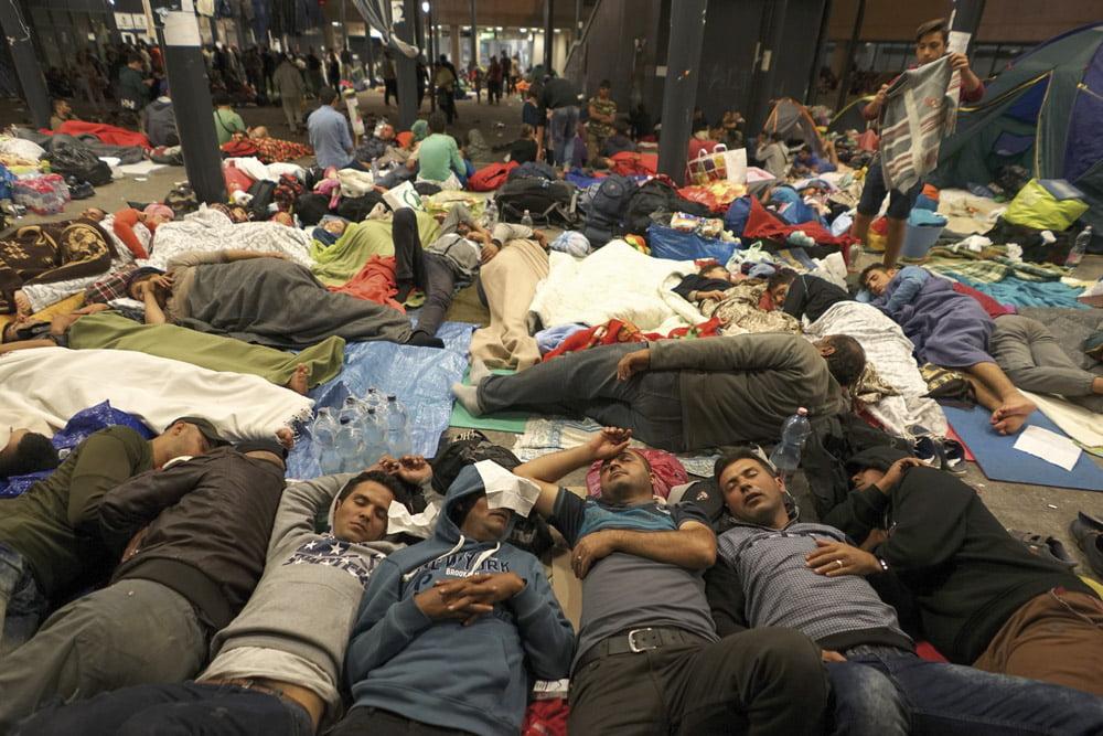 Syyrilaisia pakolaisia lepäämässä Keletin rautatieasemalla Budapestissa.  Kuva: Mstyslav Chernov, Wikimedia Commons