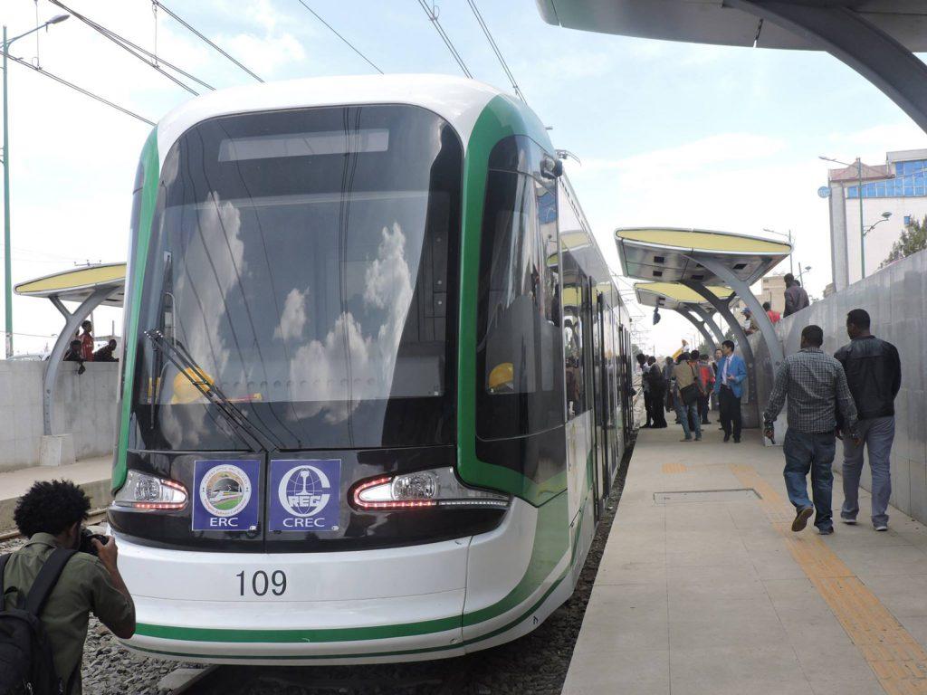 Addis Abeban julkista liikennettä.  KUVA: TURTLEWONG, WIKIMEDIA COMMONS.