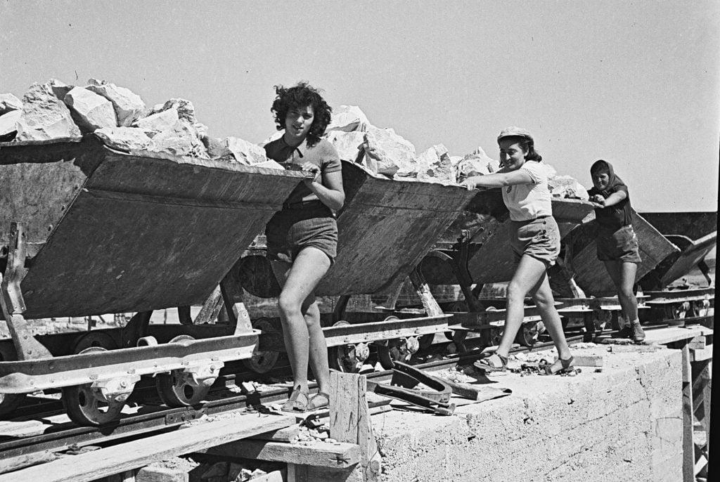 Kibbutzin naisia Ein-Harodissa 1941. Kuva: National Photo Collectionof Israel, Photography dept. Goverment Press
