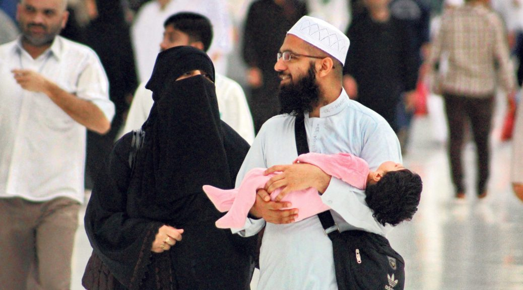 Young_Muslim_Couple_with_Toddler_at_Masjid_al-Haram,_6_April_2015