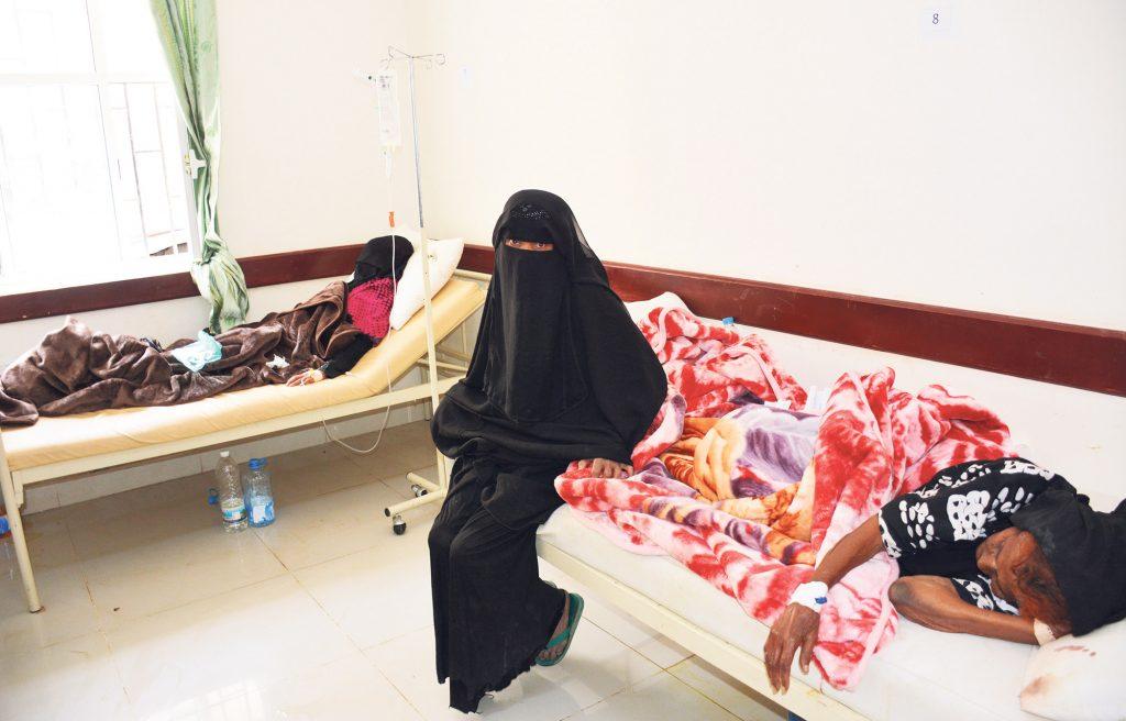 Fatima Shooie 85-vuotiaan äitinsä ja 22-vuotiaan tyttärensä luona sairaalassa Sanaassa.   Heitä hoidetaan koleran takia. Kuva: WHO/S. Hasan