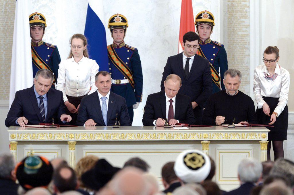 Vasemmalta oikealle: Sergei Aksjonov,Vladimir Konstantinov,Vladimir Putin, jaAleksei Chalyallekirjoittavat sopimuksen Krimin liittämisestä Venäjään.