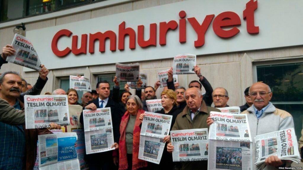 """Istanbulin Cumhuriyet-sanomalehden toimitus mukaan lukien pilapiirtäjä Musa Kart, pidätettiin marraskuussa 2016. Toimitusta syytettiin """"terroristijärjestön auttamisesta."""" Tällä viitattiin maanpaossa olevaan Fethullah Güleniin, joka Turkin presidentti Erdogan syyttää osallistumisesta vuoden 2016 vallankaappausyritykseen."""